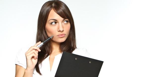Девушка размышляет, соглашаться ли ей на выполнение бесплатного тестового проекта, чтобы устроиться на работу.