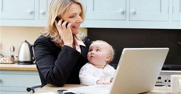 Женщина с ребенком ищет работу.