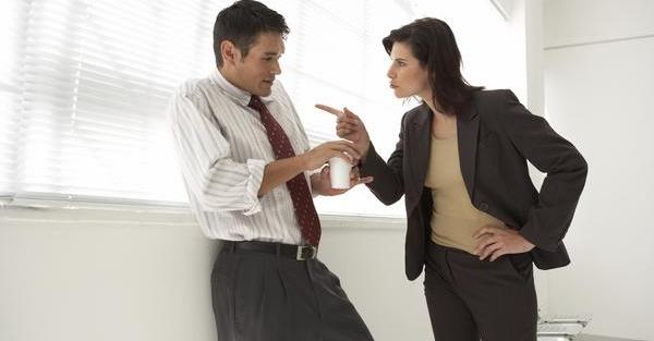 Сотрудница упрекает коллегу в том, что он устроился на работу по знакомству.
