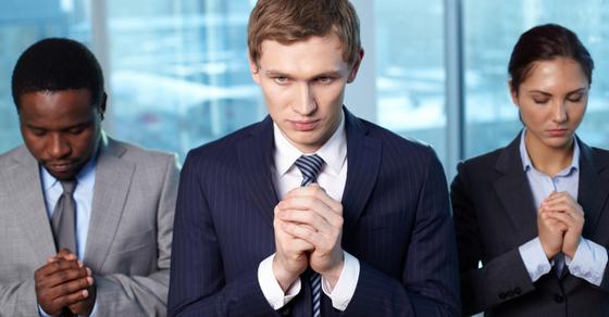 Соискатели молятся, чтобы пройти собеседование в иностранную компанию.