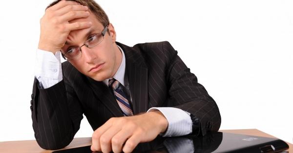 Бывший ИП думает, как найти работу.
