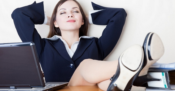 Девушка в офисе мечтает об идеальной работе.