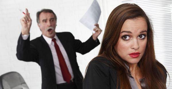 Начальник устроил скандал из-за того, что сотрудница решила уйти работать к конкурентам.