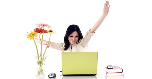 Девушка радуется, что нашла работу через соцсети.