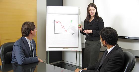 Бизнес-консультант консультирует руководство компании, как увеличить продажи в кризис.