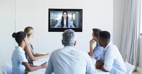 Сотрудники HR-отдела проводят видеособеседование с соискателем.