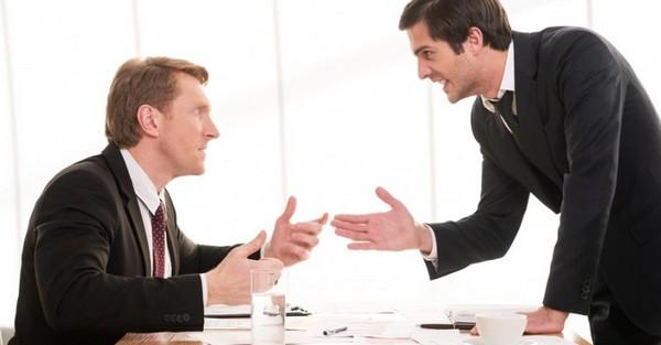Сотрудник спорит со своим начальником-другом.